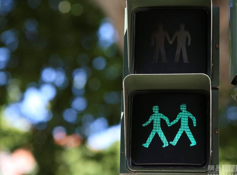 西班牙街头现同性恋红绿灯 同性伴侣可牵手过街