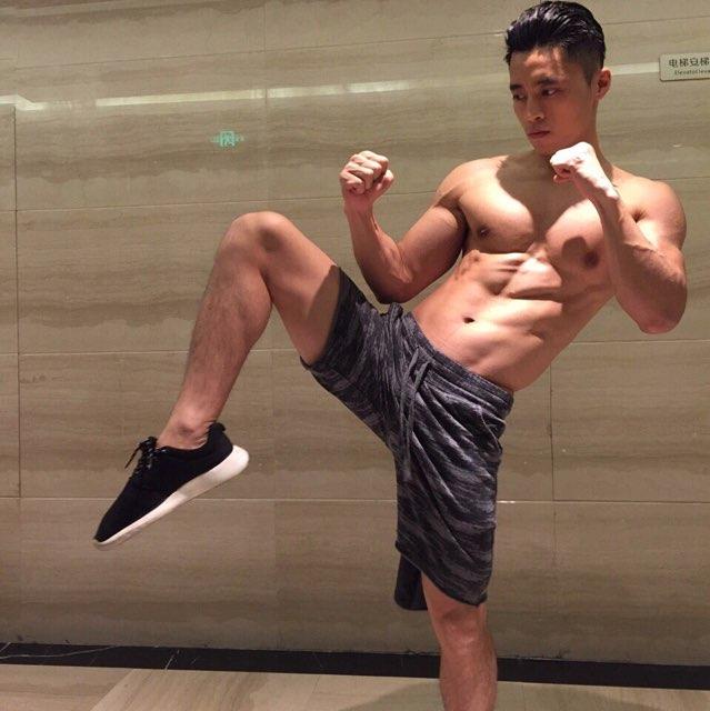 肌肉男生活照