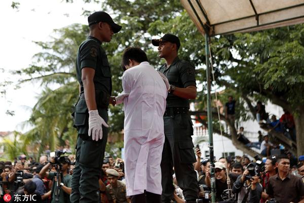 印尼严厉打击同性恋并对其施以鞭刑引不满