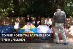 """上海同志家长在相亲角给孩子""""征婚""""遭驱逐"""