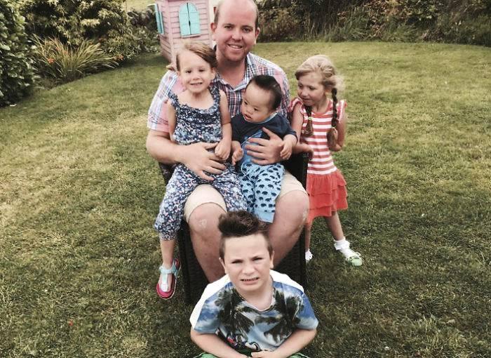 """3岁英国单身男士,领养4个患病孩子却备受质疑,只因他是同性恋"""""""