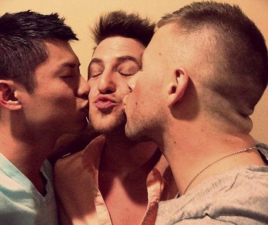 男同夫妻爱上同一男子 于是三男共组和谐家庭