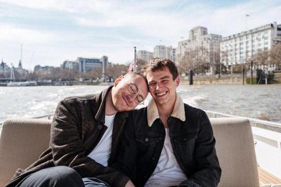 山姆·史密斯与同性鲜肉男友分手 伤心删亲密合照
