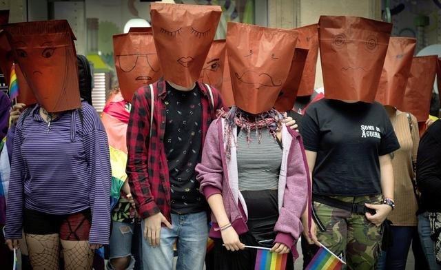 """同性恋们穿起彩虹衣,男人扮成女人,庆祝""""国际不再恐同日"""""""