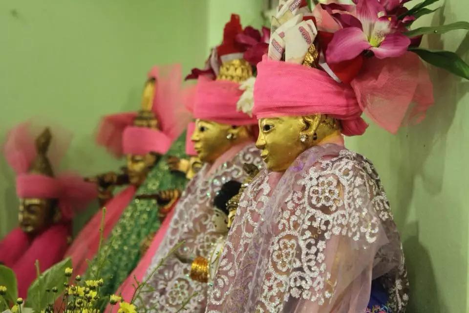 缅甸神节人山人海,节日的关键人物由男同性恋扮演!