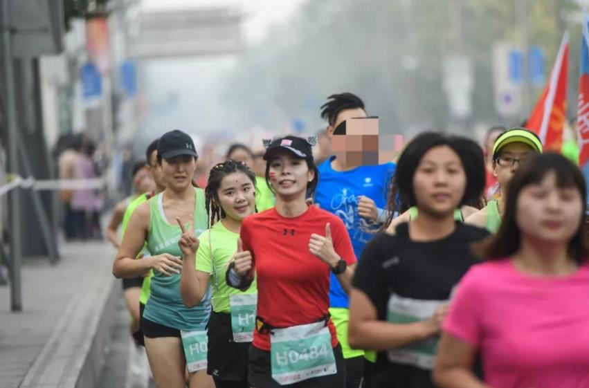 男人蹭跑女子马拉松,组委会:无奈!跑友:可能是同性恋!