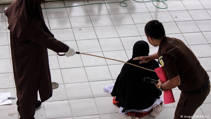 马来西亚二女因同性关系遭公开鞭打