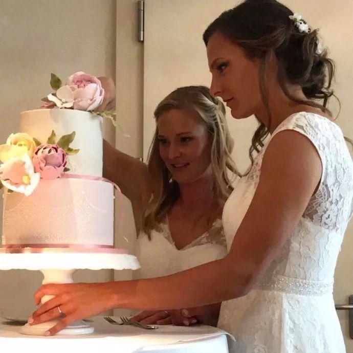 两位拜仁女足姑娘同性婚姻,祝福百年好合