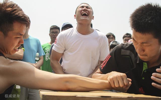 掰手腕比的是力气还是技巧,为什么肌肉比别人发达还会被血虐?