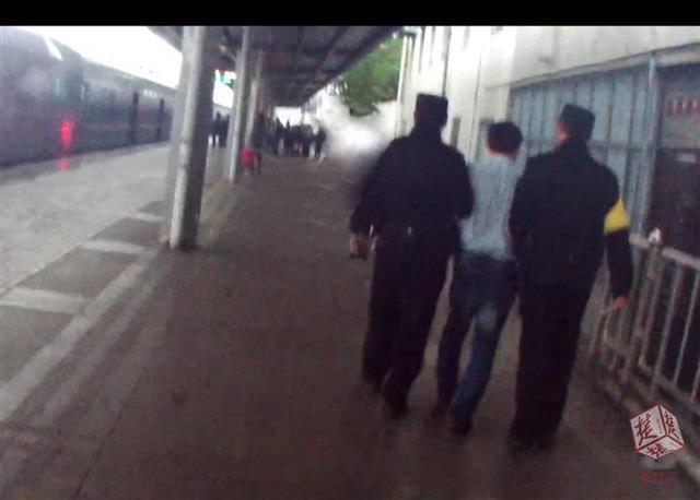 真恶心!中年男子半夜摸醒另一名男旅客,被铁路警方拘留