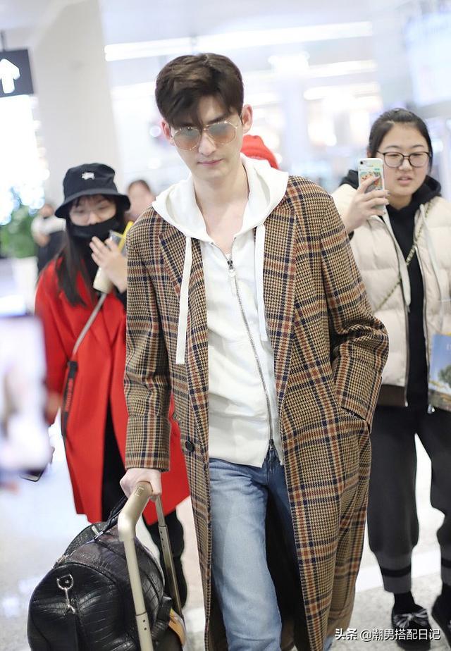 王子异 张翰穿格纹大衣,内搭白色连帽衫,网友;越活越年轻了