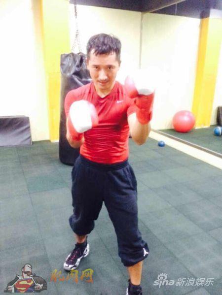 刘坤山痴迷健身 健身房秀肌肉