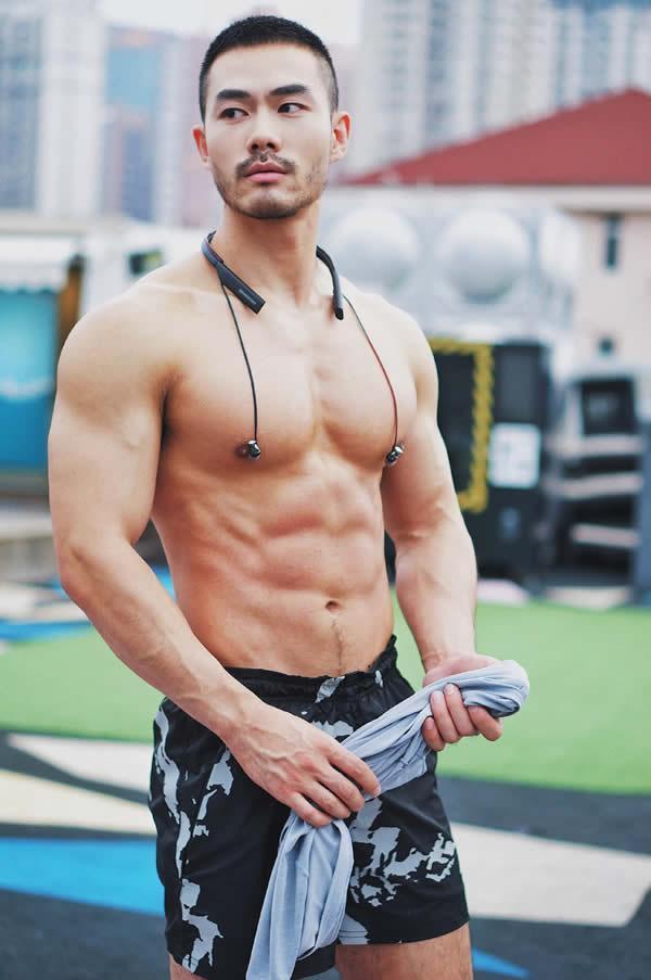 健身的平头帅哥