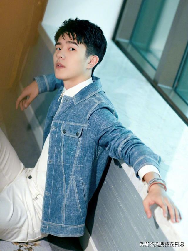 刘昊然年少成名出席活动,身穿牛仔外套搭配白色休闲裤,太帅气
