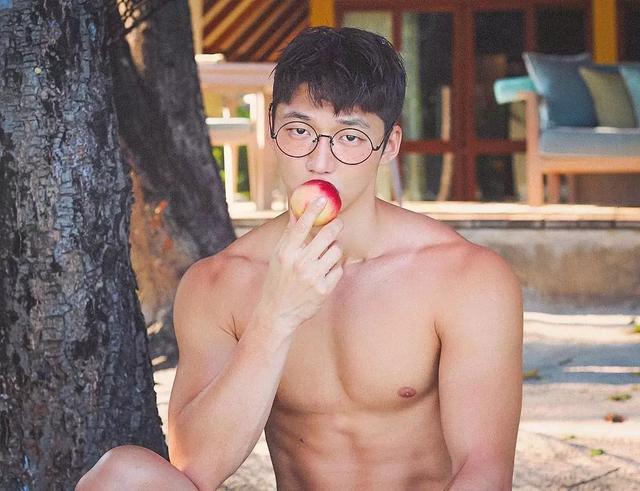 大胸肌泳裤男模轮廓太明显,大鼻子配腱子肉真是超可口
