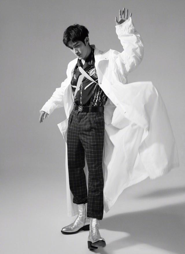 32岁李治廷改走偶像路线了?黑白衬衫时髦简约,颜值身材齐上线
