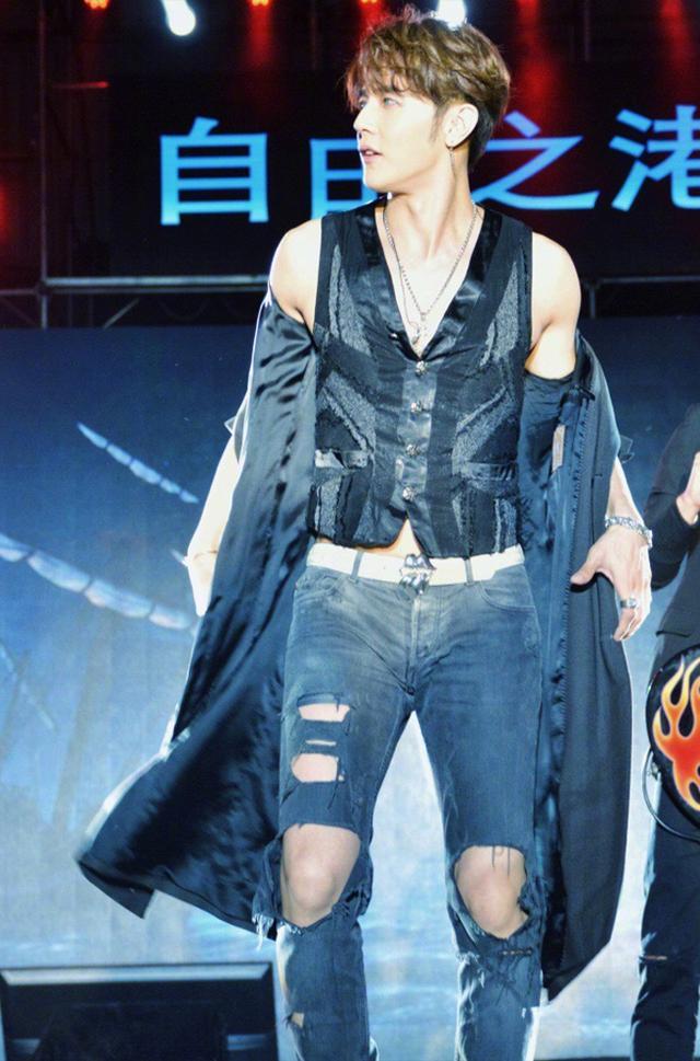 汪东城出道14年颜值不减,穿一万五外套前卫酷帅,膝盖破俩洞拉风