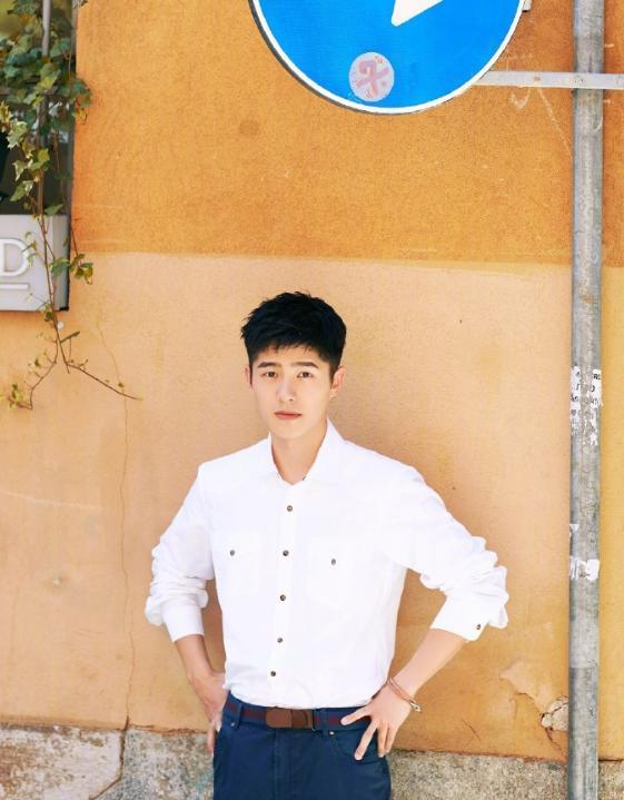 刘昊然简直是直男的穿衣模板!白色衬衫+牛仔裤干净清爽,帅帅的