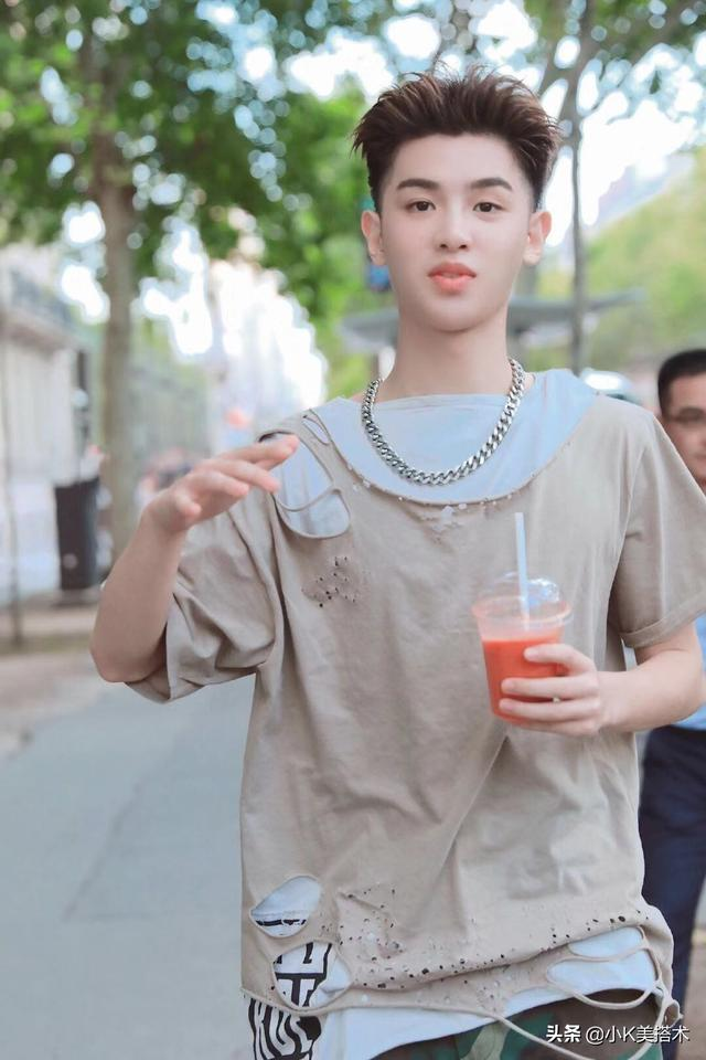"Justin黄明昊现身巴黎,穿""破""衣服出街,换油发背头更帅气了"