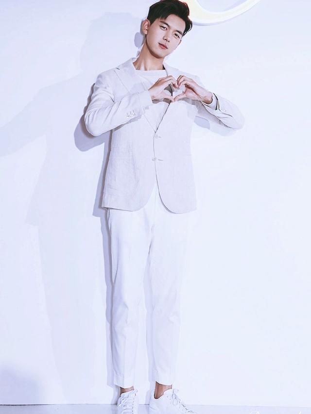 李现腿长105cm,黑色西装VS白色西装,你喜欢哪种风格?