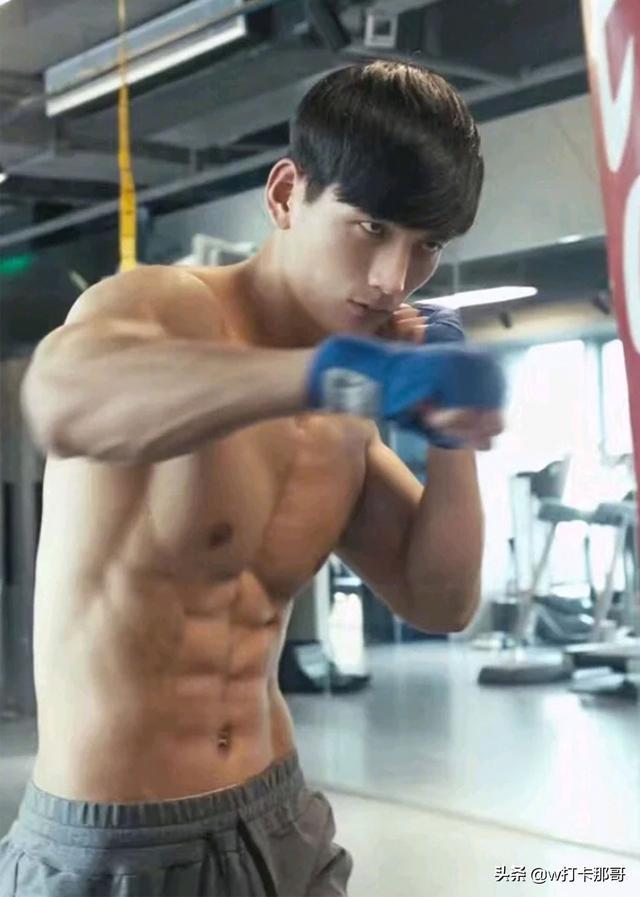 从排骨精到被网友称为肌肉标本,这位健身达人,终于拍片了