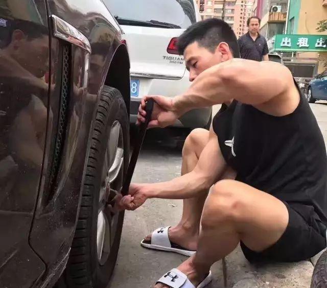 有爱心、爱健身的185cm帅哥,认真修车的样子太帅了