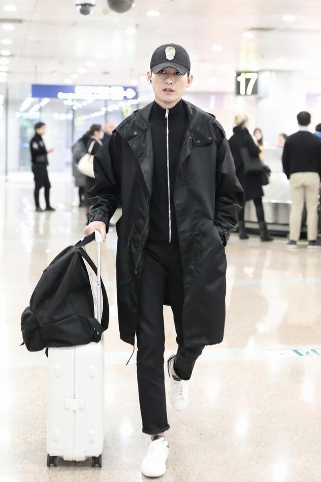张翰一身黑色搭配走机场,大气沉稳变高冷男神,细长腿女生都羡慕