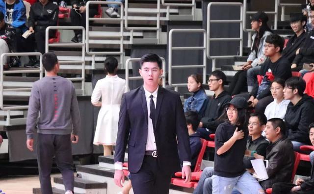 宁波大学193CM篮球校草穿正装,这大长腿太帅了