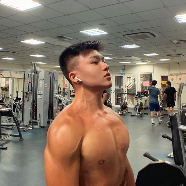 98年大学男生狂减18公斤变肌肉男,变得真帅啊