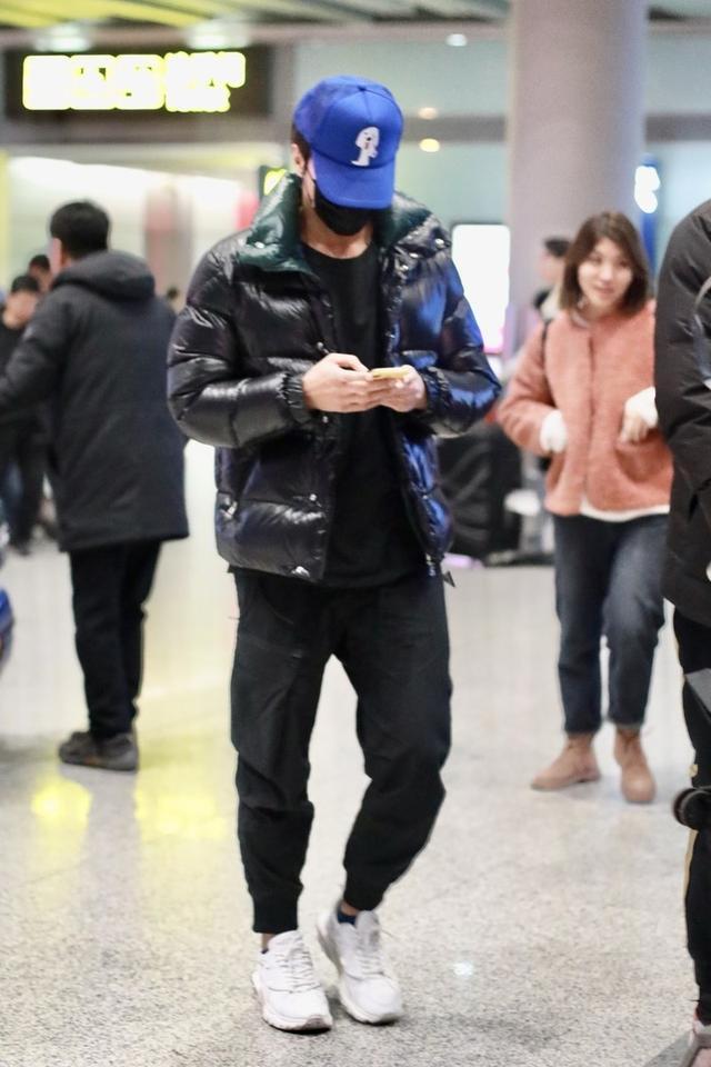 言承旭一身羽绒搭配走机场,沉稳有型尽显好身材,头戴蓝帽更抢镜