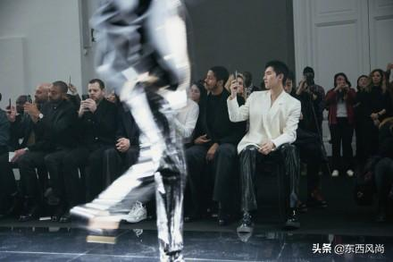 杨洋真空穿西装,搭配黑色皮裤,黑白配的造型又飒又酷