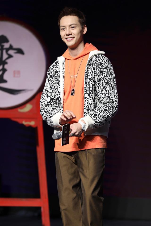 陈伟霆发布会这身够帅,橙色卫衣穿出时髦少年感,一扫冬日的阴霾