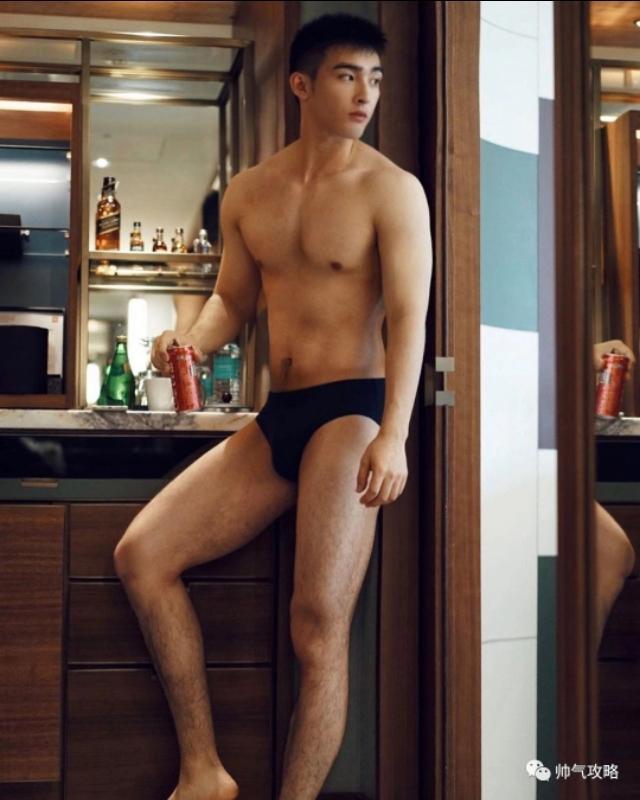 帅气阳光的毛若懿最新硬照:这条内裤绝了!