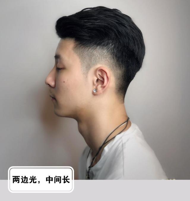 """男生""""两边剃光,中间留长""""发型,春天就该这样剪,干净又帅气"""