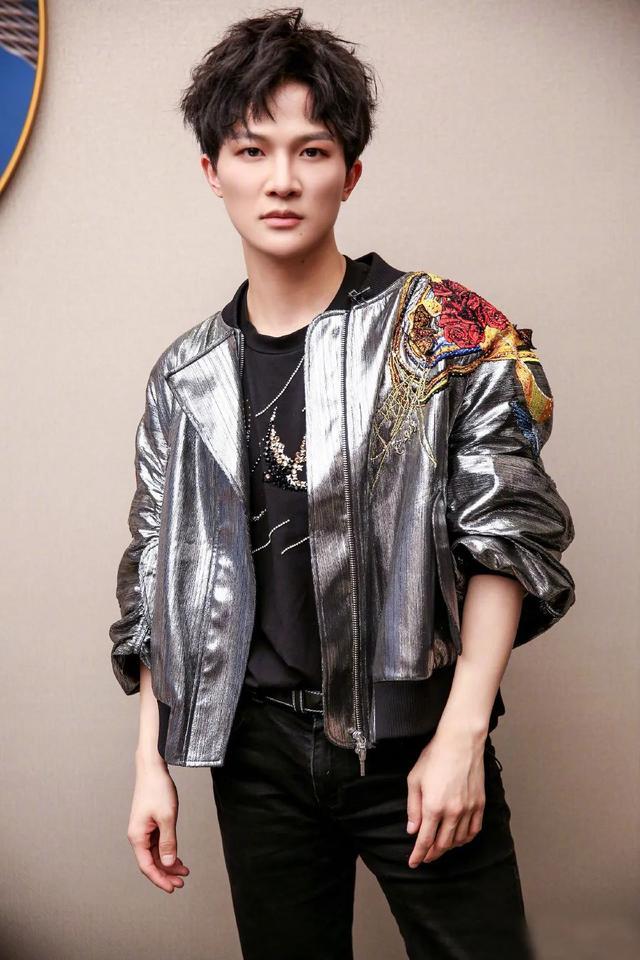 《歌手》第八期,周深身穿银色飞行夹克,这造型太帅了