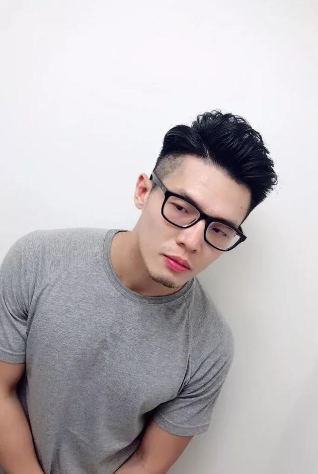 戴眼镜男生发型,2020年流行款有你想要的吗?