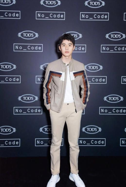 1米85刘昊然太帅气,白衬衫搭配休闲裤,简单干练却穿出时尚范