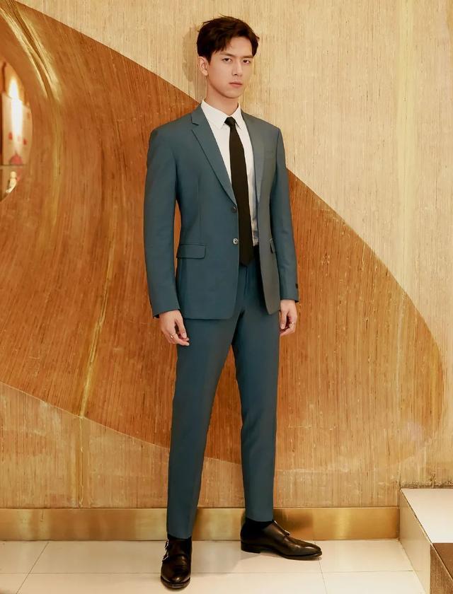 李现帅气造型,三七分发型+西装,绅士范十足