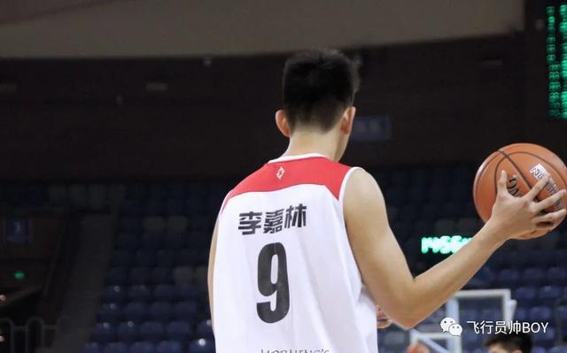 汕头大学校篮球队203CM的00后帅哥李嘉林