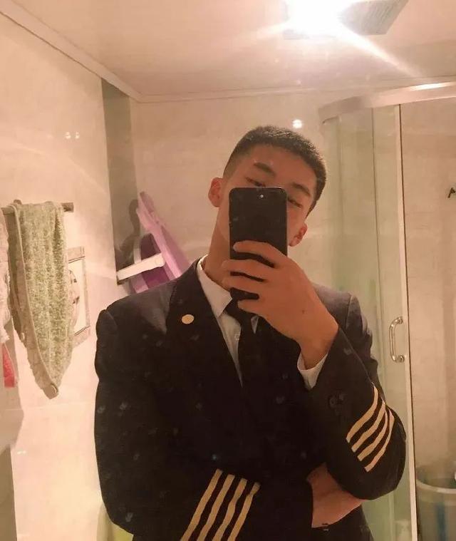 99年四川航空学院小哥,180CM大长腿这谁顶得住啊?