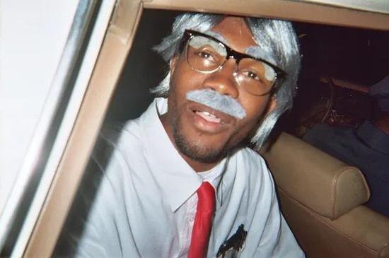 戴眼镜的 Frank Ocean 同类型镜框很受欢迎